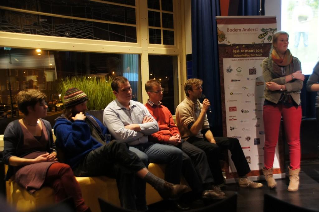 Vijf pannelleden en moderator Froukje Kooter - foto door Anne Carl